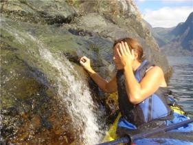 Trude drikker fjellvann fra sjøen